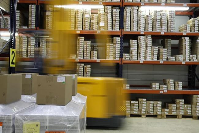 Un centro logístico donde se preparan pedidos para dropshipping y venta on line