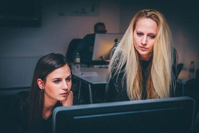 Mujeres investigando para encontrar ideas de negocio