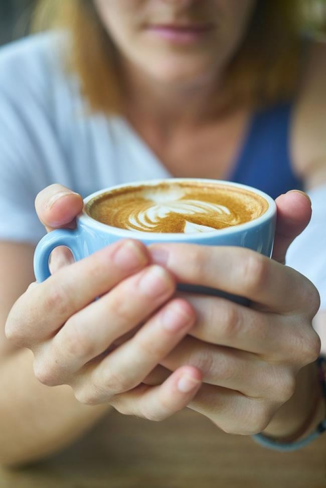 bebiendo cafe trabajo