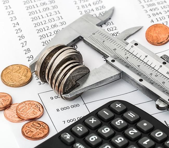 Haciendo cuentas para ahorrar dinero rápido