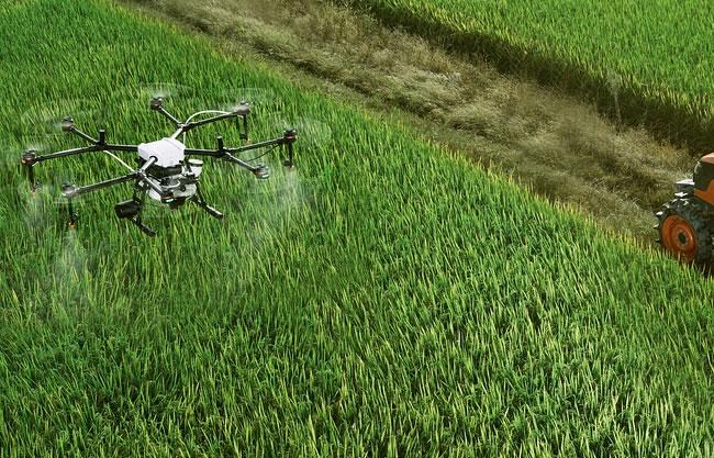 un dron fumigando un campo