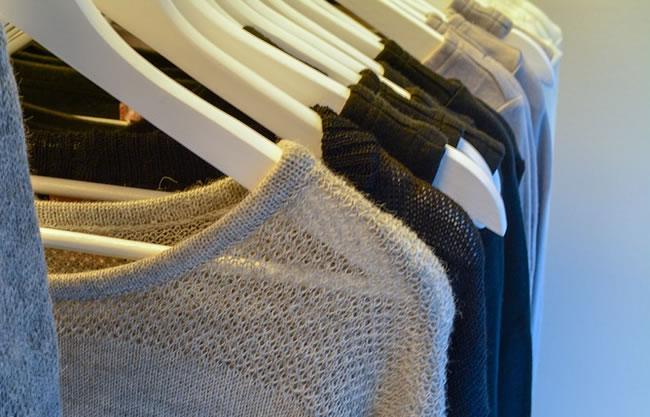 Un armario con ropa que no usas