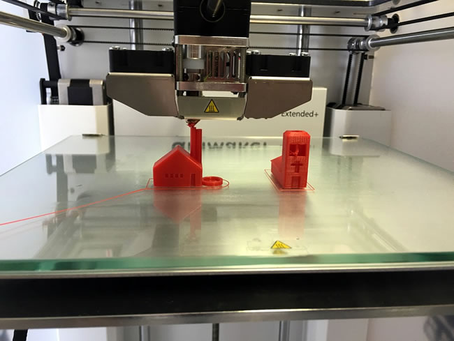 Una impresora 3d haciendo un prototipo