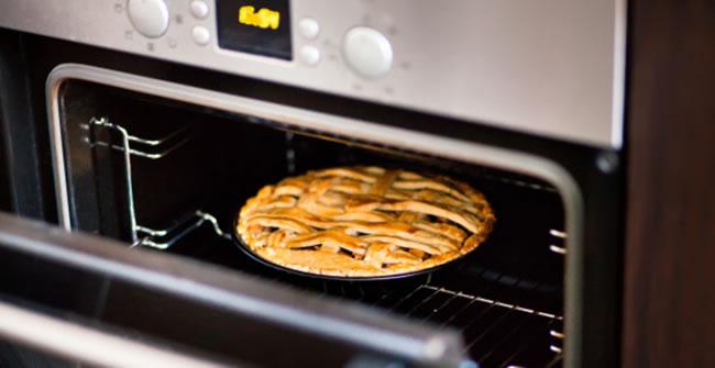 Sacando un tarta del horno