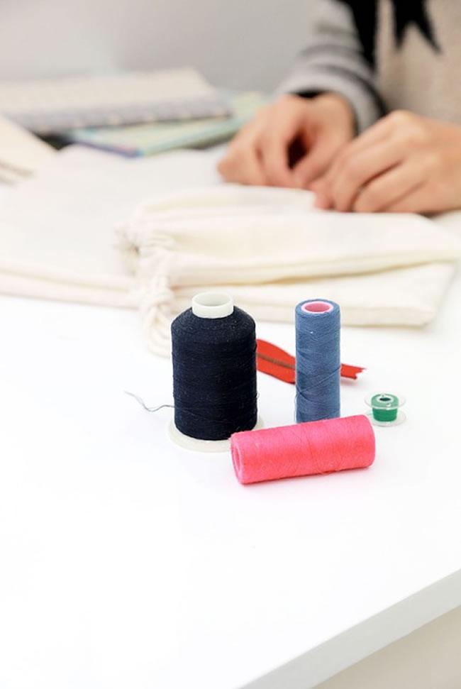 Haciendo trabajos de costura